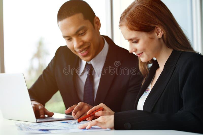 les associés team le travail ensemble sur le bureau avec l'ordinateur portable et images libres de droits