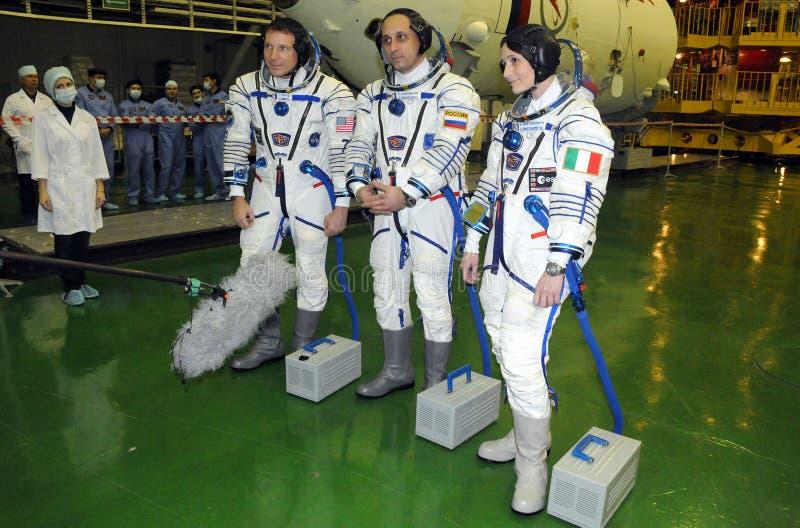 Les astronautes Virts, Shkaplerov et Cristoforetti en costumes de Sokol photographie stock