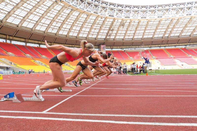 Les athlètes commencent la course sur la concurrence sportive internationale image stock