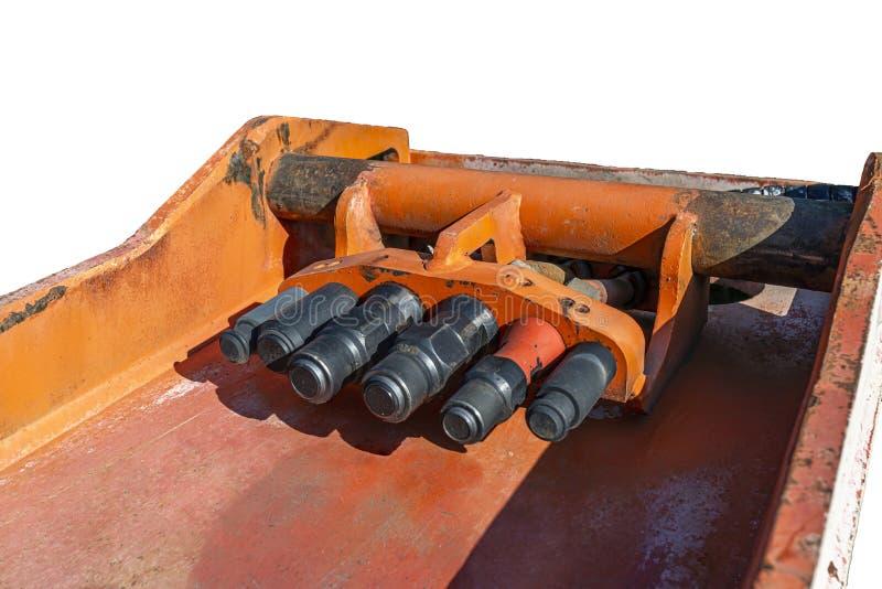 Les attelages hydrauliques non reliés aux conduites hydrauliques du godet de la pelle, isolés sur un fond blanc avec une trajecto image libre de droits