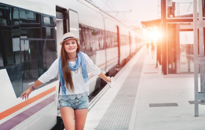 Les attentes de fille de voyageur s'exercent sur la plate-forme ferroviaire avec une carte et elle photo stock