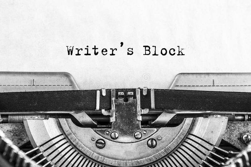 Les auteurs bloquent des mots dactylographiés sur une machine à écrire de Vintag e image stock