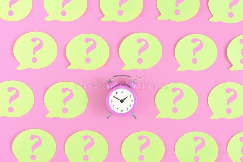 Les autocollants jaunes avec des points d'interrogation sont sur un fond rose Au centre est un réveil rose Concept, une question  image stock