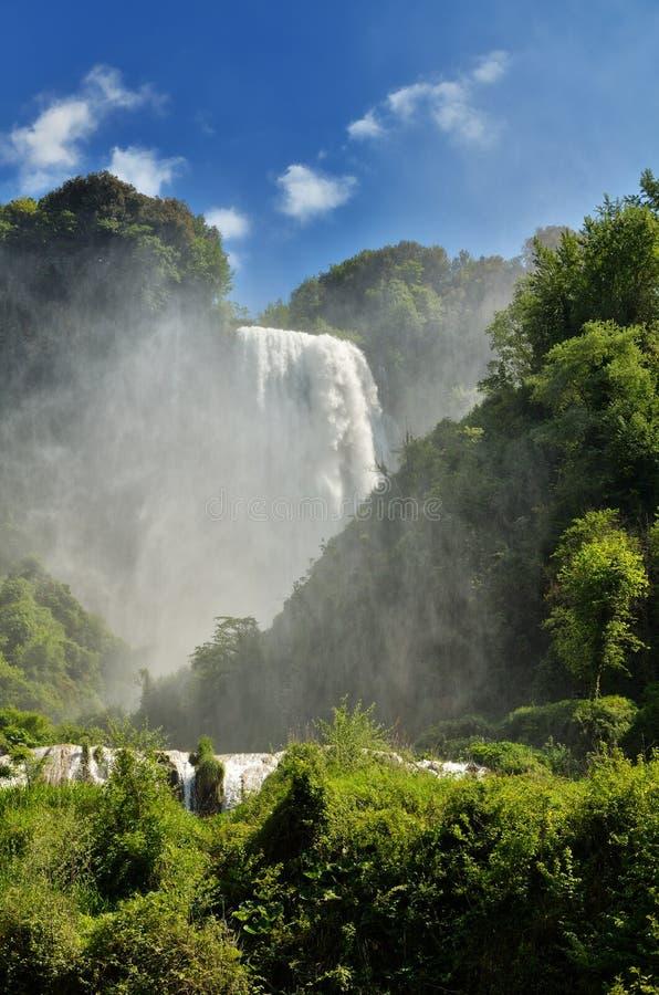 Les automnes de Marmore est une cascade synthétique créée par les Romains antiques situés près de Terni, Italie images libres de droits