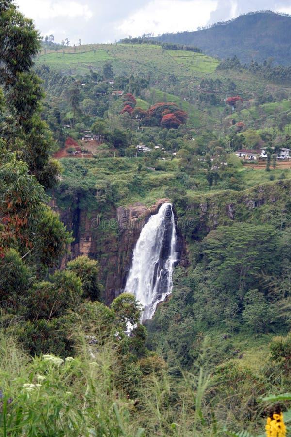 Les automnes de rue Clair est la cascade à écriture ligne par ligne la plus large au Sri Lanka photos stock