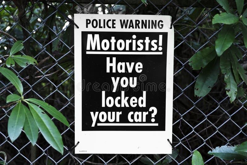 Les automobilistes ont fermé à clef l'avertissement de police de degré de sécurité de voiture image stock