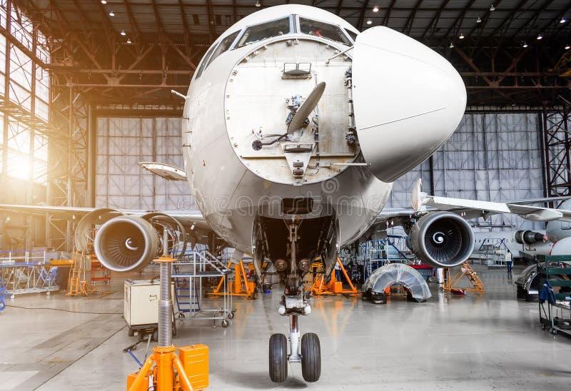 Les avions dans le hangar sur le C vérifient photographie stock