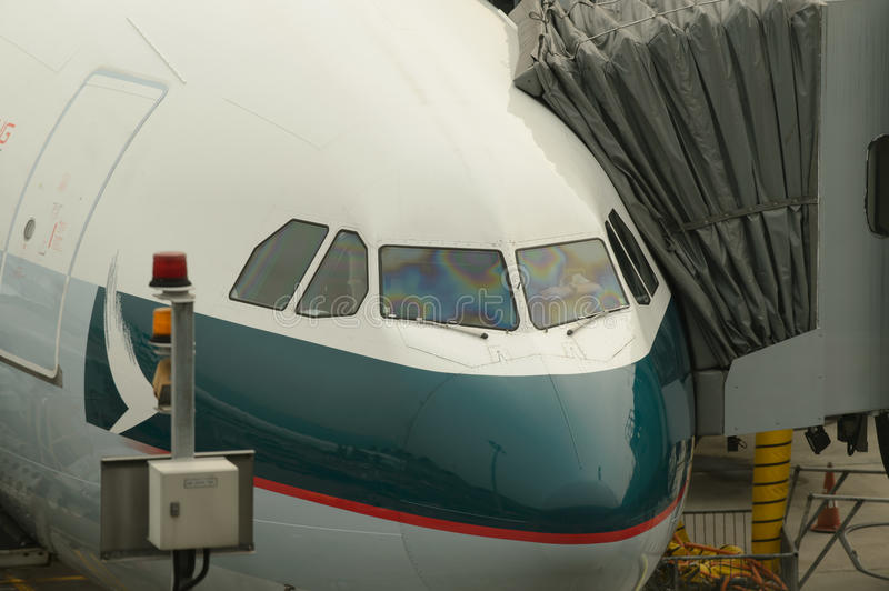Les avions de Cathay Pacific s'approchent du pont d'embarquement photo stock