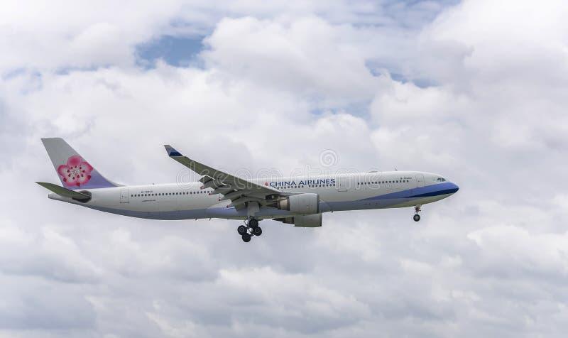 Les avions de transport de passagers Airbus A330 de la mouche de China Airlines au-dessus des zones urbaines préparent au débarqu image libre de droits