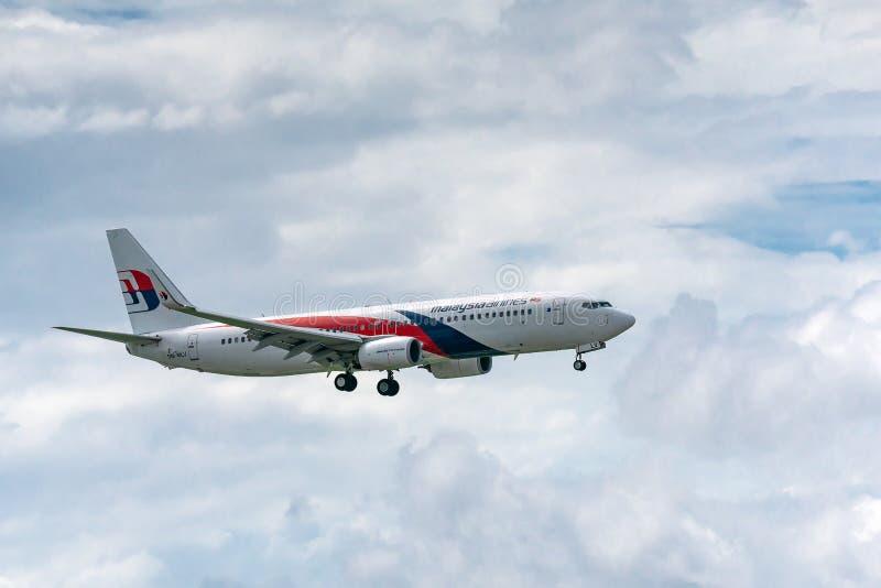 Les avions de transport de passagers Boeing 737 de la mouche de Malaysia Airlines en ciel préparent au débarquement chez Tan Son  photo stock