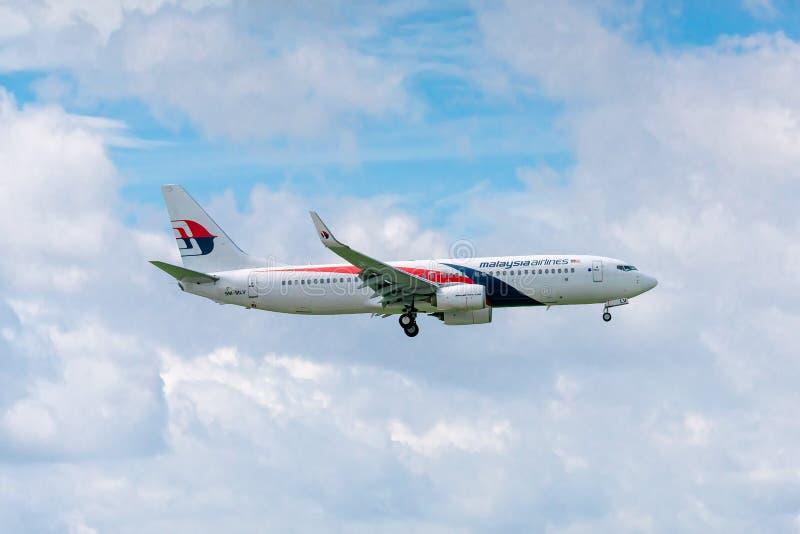 Les avions de transport de passagers Boeing 737 de la mouche de Malaysia Airlines en ciel préparent au débarquement chez Tan Son  image stock