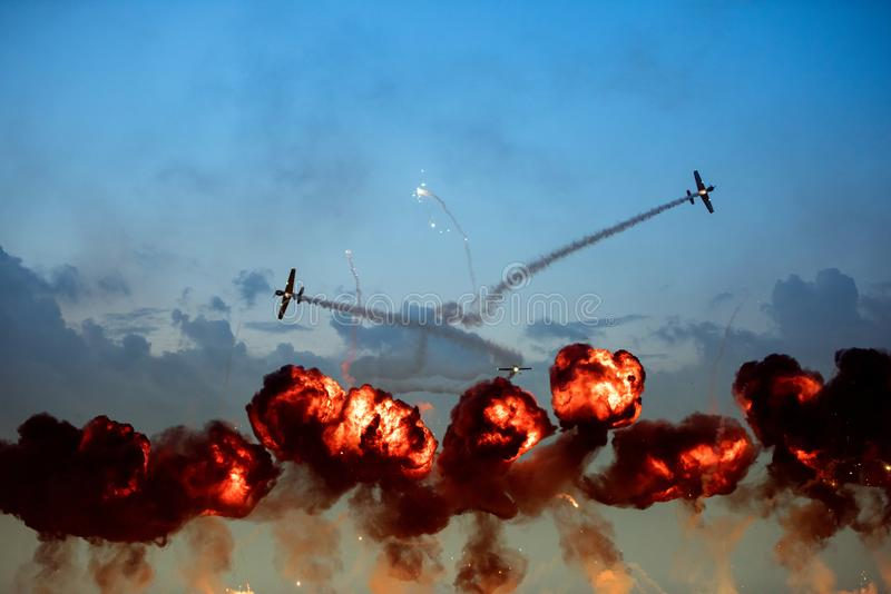 Les avions faisant des tours pendant les flammes explosives puissantes montent  photographie stock