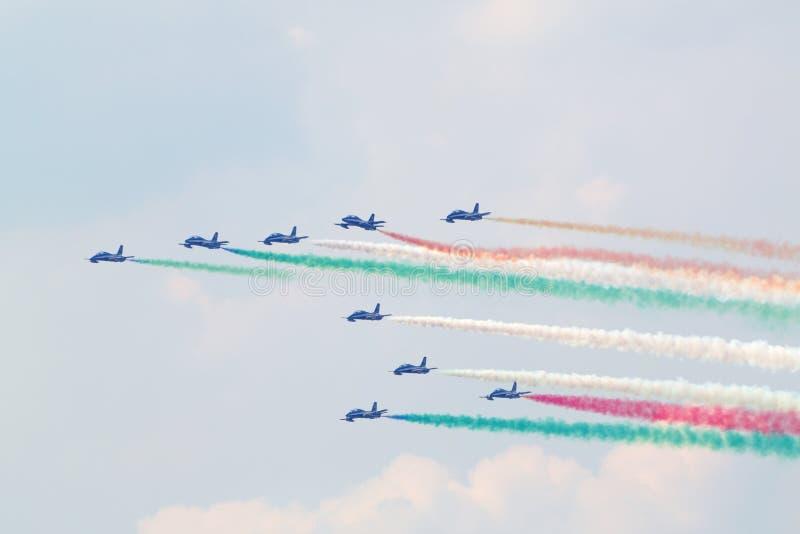 Les avions italiens militaires ont laissé la fumée photos libres de droits