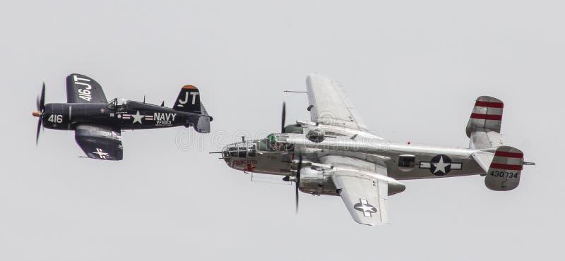 Les avions reconstitués des Etats-Unis de la deuxième guerre mondiale prennent au ciel images stock