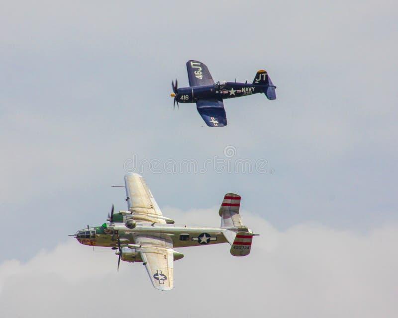 Les avions reconstitués des Etats-Unis de la deuxième guerre mondiale prennent au ciel photo stock