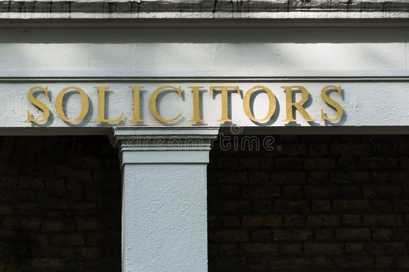 Les avocats-conseils se connectent un immeuble de bureaux images stock