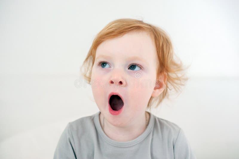 Les bâillements d'enfant photo stock