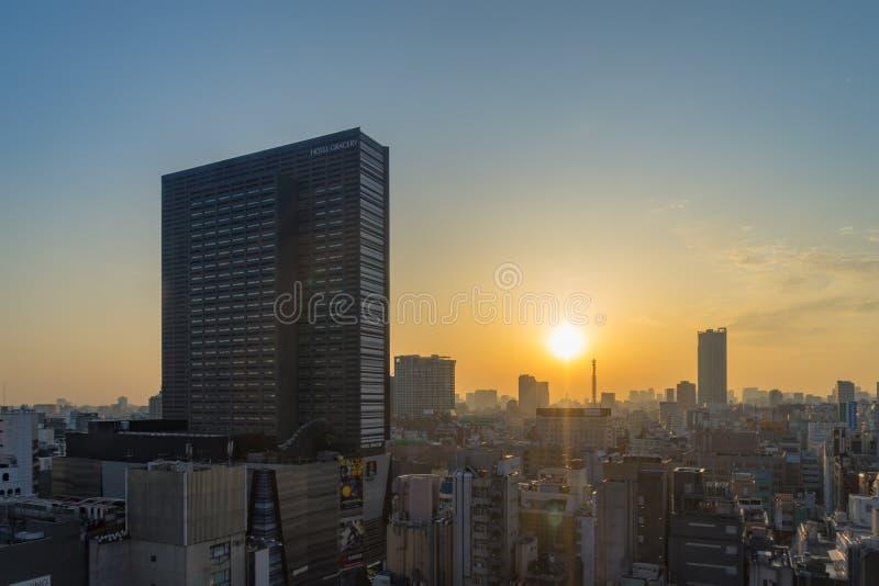 Les bâtiments ayant beaucoup d'étages d'horizon de Tokyo pendant le matin chez Shinjuku sont photos stock