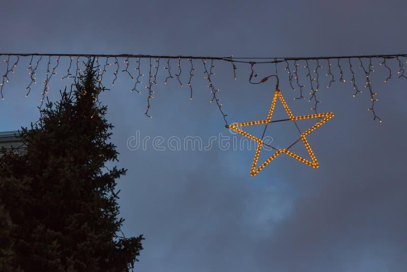 les bâtiments bleus d'heure et le ciel coloré sur Noël d'avènement lancent I sur le marché photos stock