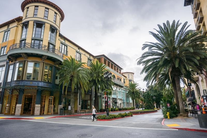 Les bâtiments et les palmiers dans le secteur Santana d'achats rament, San Jose, la Californie image libre de droits