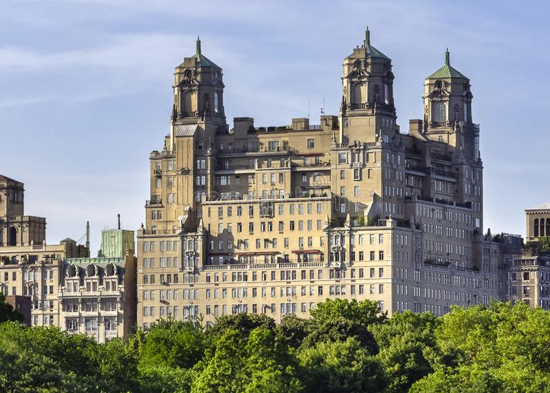 Les bâtiments historiques d'horizon de Manhattan ont tiré du Central Park image libre de droits