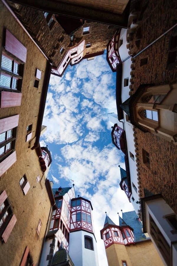 Les bâtiments jaillissent vue de ciel dans la cour du château d'Eltz photos libres de droits