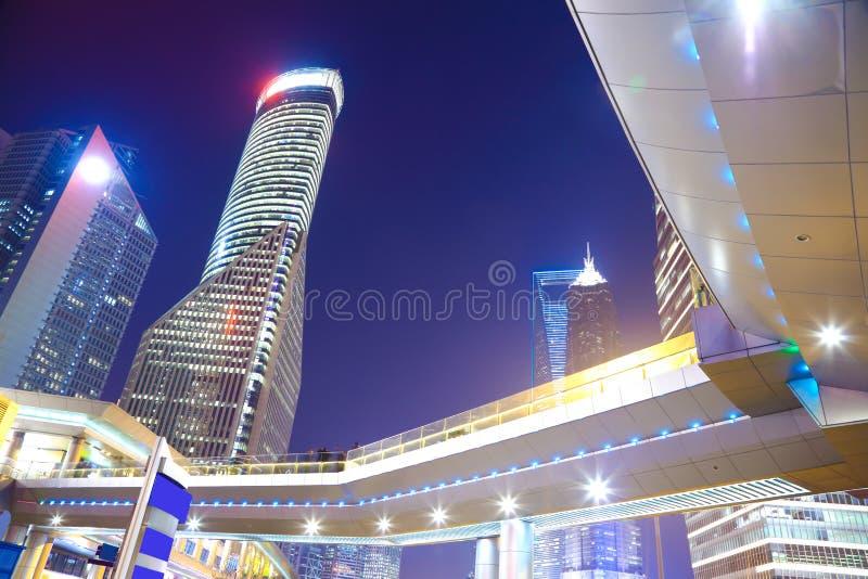 Les bâtiments modernes de point de repère de ville de Changhaï de la nuit de milieux luttent photos stock