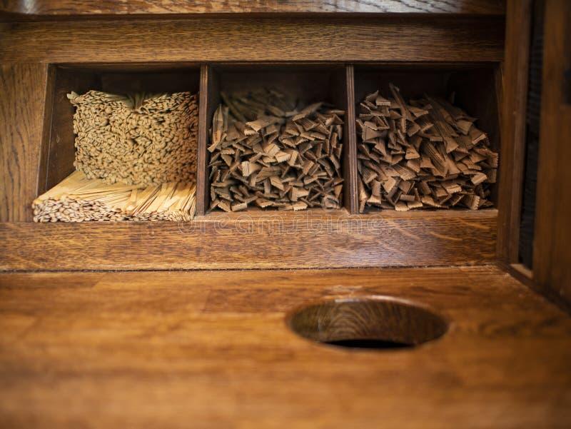 Les bâtons de agitation jetables en bois pour le café et le sucre dans des bâtons se trouvent sur une étagère en bois photographie stock