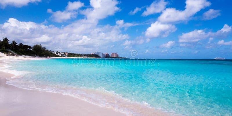Les Bahamas : Belle plage avec de l'eau bleu clair photos stock