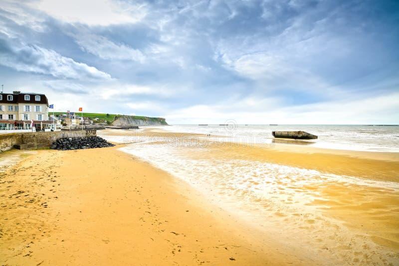 Les Bains, Normandie, France d'Arromanches. plage et rema de bord de mer photographie stock