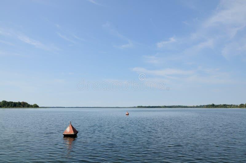 Les balises d'ancre spécifient des frontières sur le lac photo libre de droits