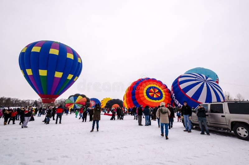 Les ballons à air chauds colorés préparent pour lancer chez Hudson Hot Ai photo stock