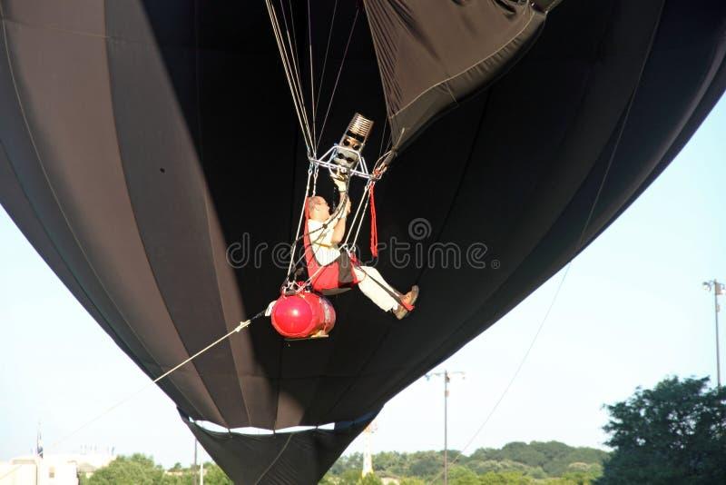 Les ballons à air chauds se préparent au décollage image libre de droits