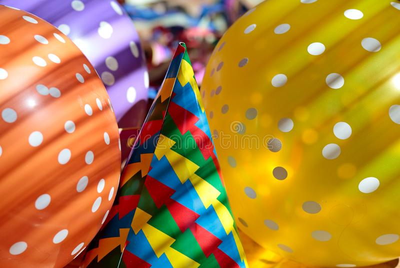 Les ballons et les chapeaux de papier pour d'abord de peuvent images libres de droits