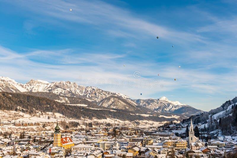 Les ballons et les montagnes couronnées de neige au-dessus de Schladming, Styrie, Autriche, l'Europe images libres de droits