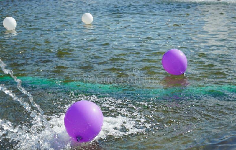 Les ballons flottent sur la surface de l'eau images libres de droits