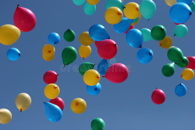 Les ballons multicolores partent au ciel photo stock