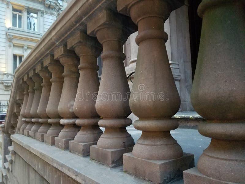 Les balustrades ont fait de la pierre brune dans une rangée à l'entrée de maison de grès image stock