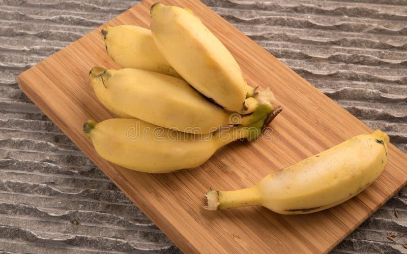 Les bananes se rassemblent et un babana simple images stock