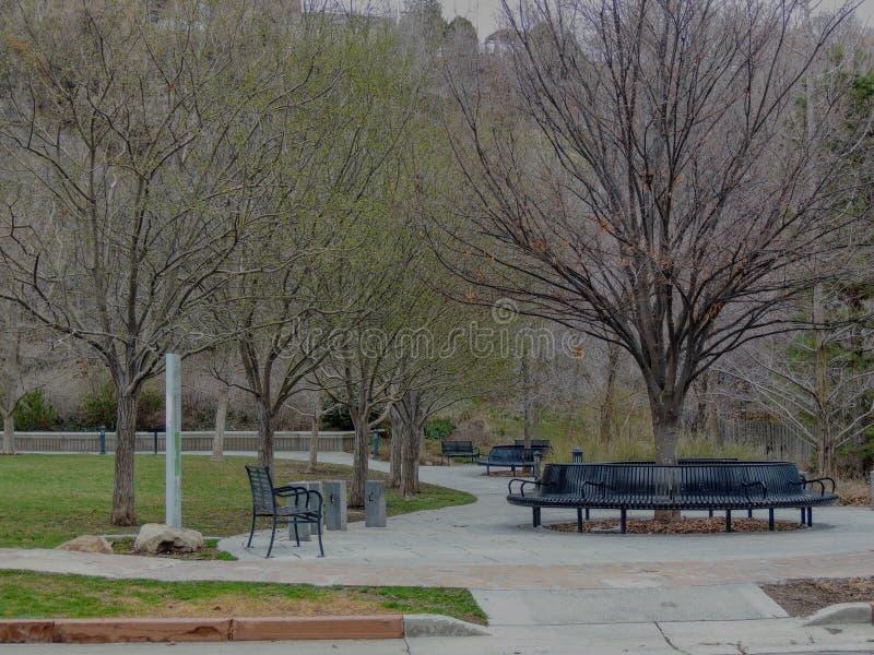 Les bancs et les voies de parc dans le verger de mémoire se garent à Salt Lake City Utah le long du Wasatch Front Rocky Mountains photo libre de droits