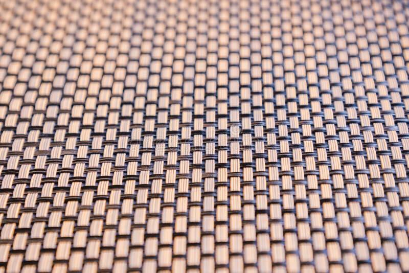 Les bandes en bambou tissées foncées et brun clair modèlent étroit  Fond de texture photographie stock