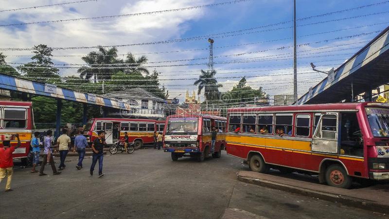 Les banlieusards d'autobus attendent l'autobus à un arrêt d'autobus dans la ville d'Asansol de l'Inde photos stock