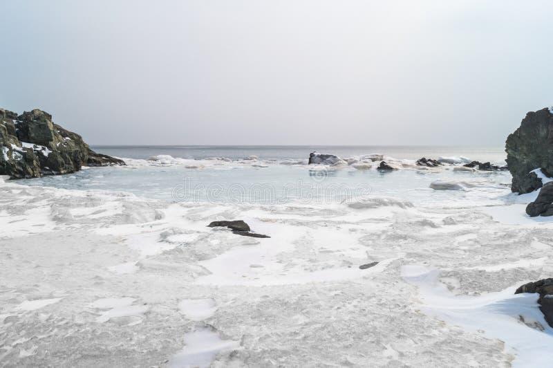 Les banquises flottent dans l'eau de mer au printemps dans la baie Paysage de la côte de l'Extrême Orient de la Russie image libre de droits