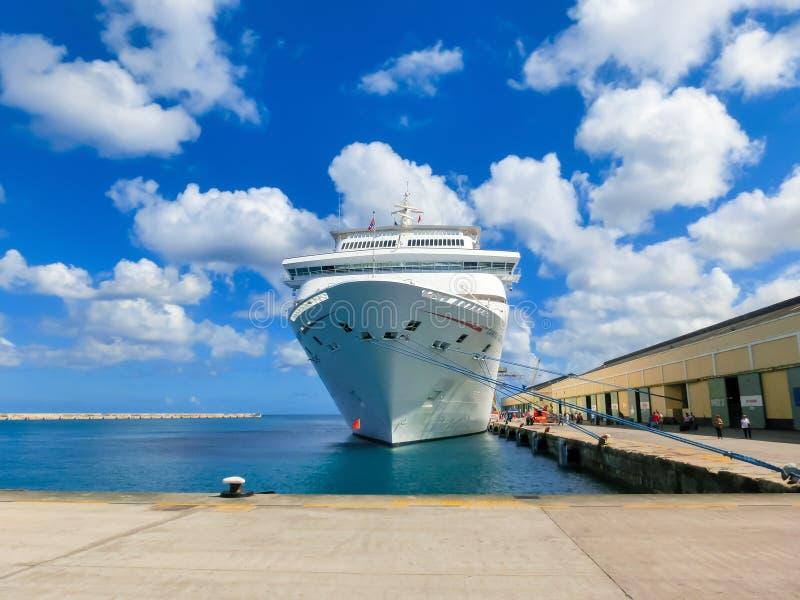Les Barbade - 11 mai 2016 : La fascination de bateau de croisière de carnaval au dock photo stock