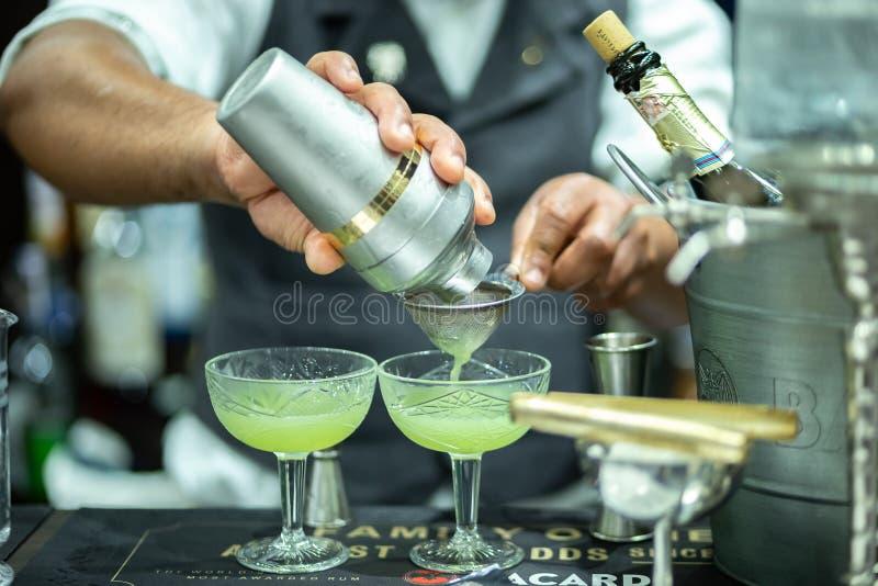 Les barman fait le cocktail sur l'exposition internationale de barre de baromètre photo libre de droits