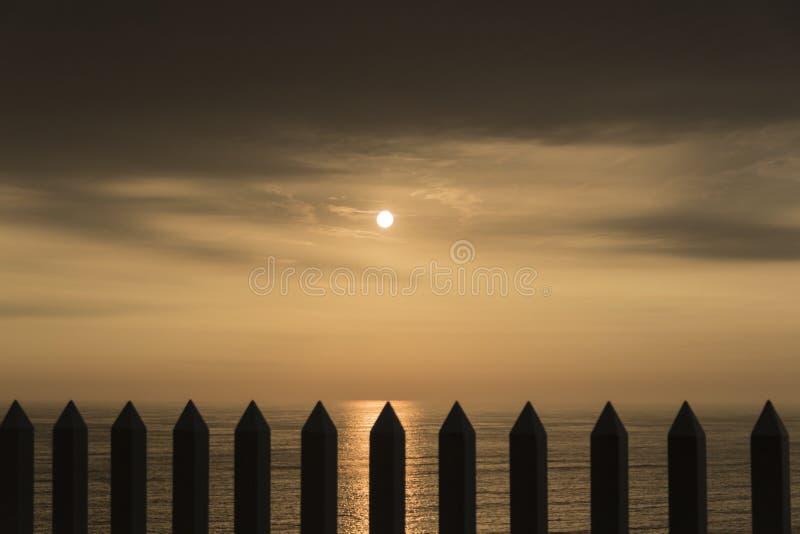 Les barrières dans le coucher du soleil photo stock