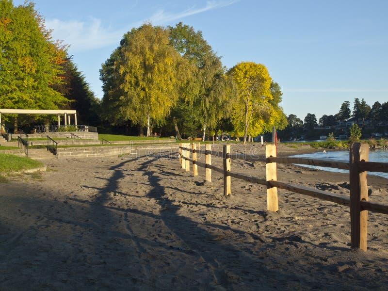 Les barrières en bois et le lac bleu avant de plage se garent. images stock