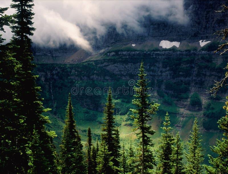 Les bas nuages dans Lewis Range du Highline traînent, parc national de glacier, Montana image libre de droits