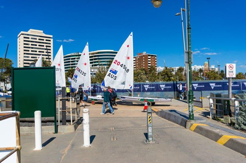 Les bateaux à voile avec le drapeau australien sur St Kilda échouent image libre de droits