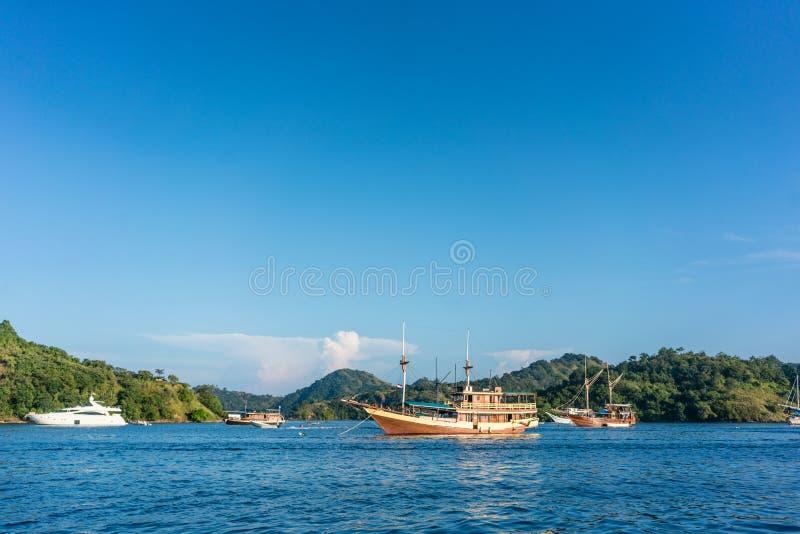 Les bateaux à voile ont amarré le long du rivage à un jour ensoleillé d'été en Indonésie photos stock